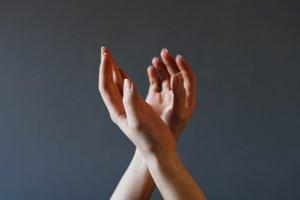 Mizofóniu môže spustiť aj klopkanie prstami či lúskanie.
