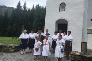 Pri kaplnke zo Zborova nad Bystricou vo Vychylovke.