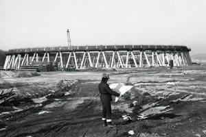 12. február 1985. Na stavbe jadrovej elektrárne sú už pripravené aj základy dvoch z ôsmich 125 metrov vysokých chladiacich veží.
