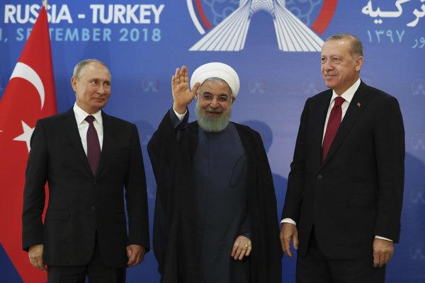 ruský prezident Vladimir Putin, iránsky prezident Hasan Rúhání a turecký prezident Recep Tayyip Erdogan pózujú v rámci tretieho stretnutia prezidentov Iránu, Ruska a Turecka, ktoré je venované konfliktu v Sýrii.
