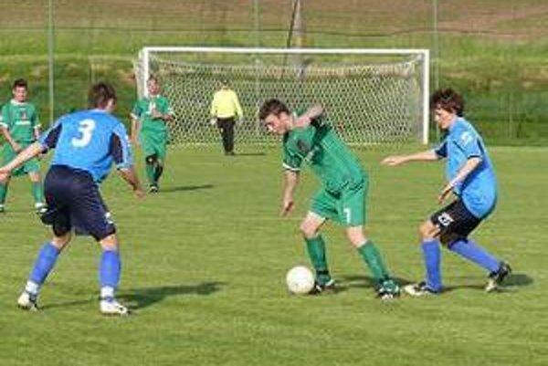 S loptou strelec druhého gólu Jacoviec a najlepší hráč zápasu Jacovce - Holíč (3:1) Ján Bracho.