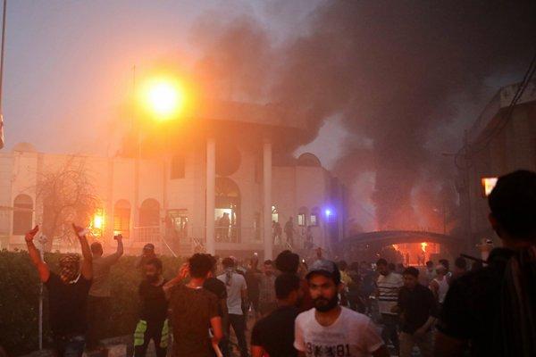 Protestujúci v Iraku podpaľujú iránsky konzulát.