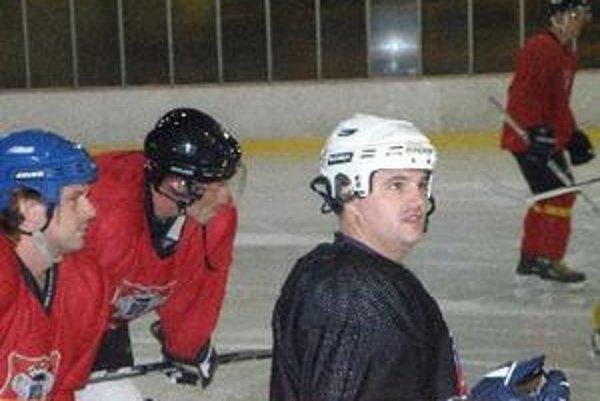 Andrej Drahovský (vpravo) je novým kapitánom HC Topoľčany.
