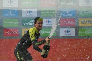 Simon Yates oslavuje triumf v 14. etape na Vuelta 2018.