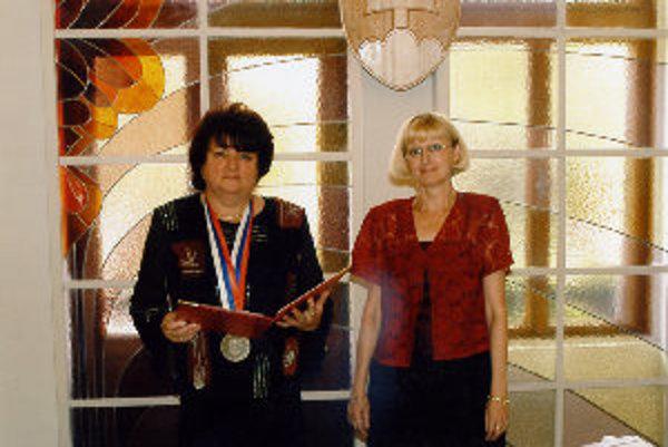 Kvetoslava Markovičová vykonáva obrady vyše 12 rokov. Matrikárka Janka Miškolczyová je na svadbách tiež prítomná.