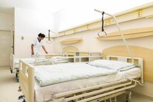V nemocnici  pribudlo 56 nových polohovateľných postelí a 56 nočných stolíkov.