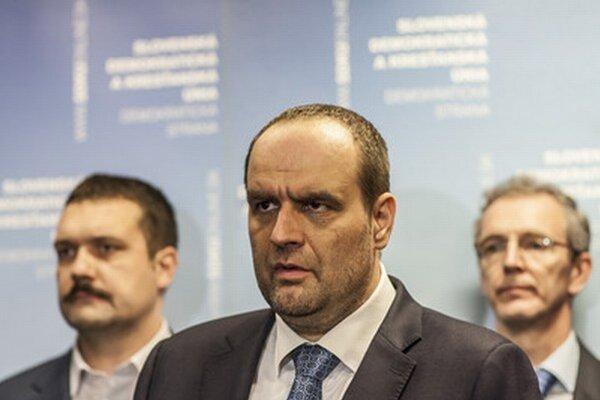 Líder SDKÚ Pavol Frešo (v strede).