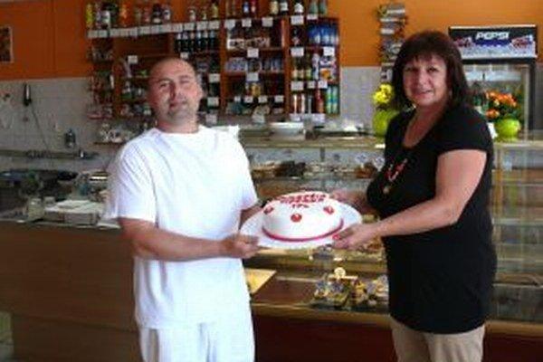 Katarína Hlavatá ako najlepšia tipérka dostala aj tortu z cukrárne Ľubomíra Kubalu.