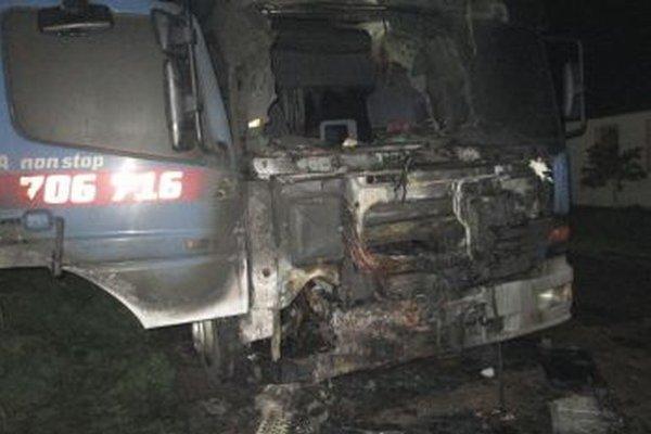 Kabínu auta plamene zmenili plamene na nepoznanie.