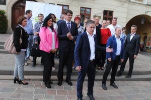 Miroslav Benko so svojimi podporovateľmi.