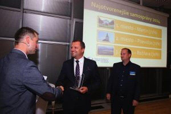 Martinský primátor Andrej Hrnčiar preberá od riaditeľa TIS Gabriela Šípoša cenu za prvé miesto v projekte Otvorená samospráva 2014.