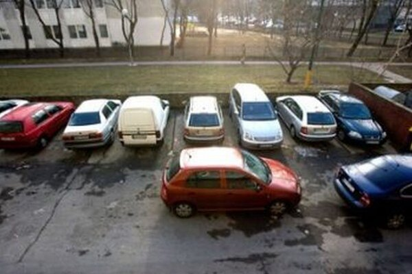 Martin z Bratislavy prespáva v aute stojacom na parkovisku.