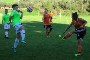 Oravské futbalistky (v zelenom) začali proti Ružomberku výborne.