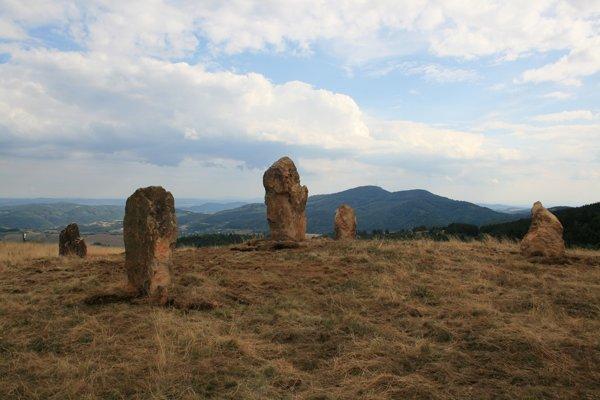 K miestnemu menhiru chodia aj ľudia zo zahraničia.