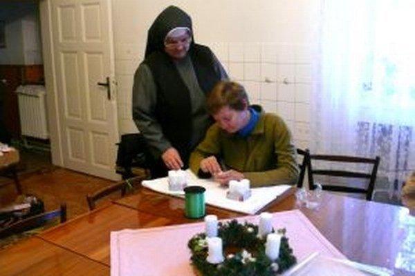 Vždy pomôže. Sestra Tichomíra je pravou rukou žien v útulku.