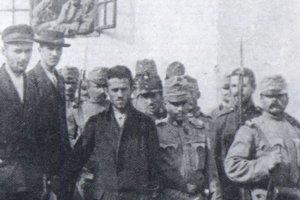Zatknutý Gavrilo Princip, v strede fotografie.