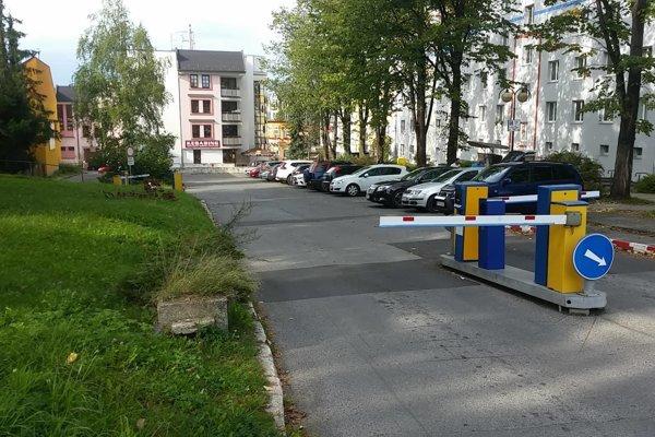 Parkovisko na Ulici Joliota Curie, ktorého sa týkal letný režim parkovísk.