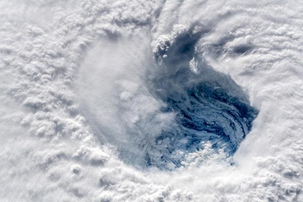 Oko tropickej cyklóny Florence. Nad pobrežím USA sa môže doslova zastaviť.