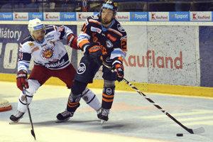 Na snímke vľavo hráč Zvolena Rastislav Špirko a vpravo hráč Košíc Peter Galamboš