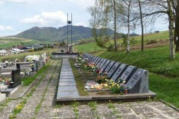 Hroby padlých hrdinov sa nachádzajú v zadnej časti cintorína.