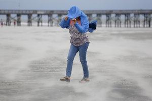 Hurikán Florence zoslabol, meteorológovia stále varujú pre nebezpečenstvom.
