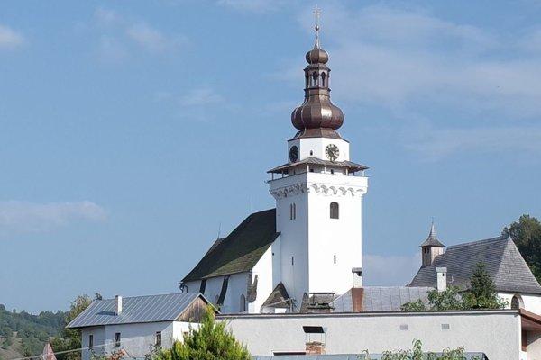 Obnovená veža kostola.