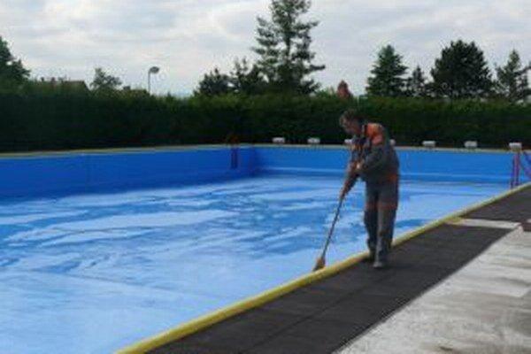 V Turčianskych Tepliciach sa už od minulého týždňa napúšťal bazén.