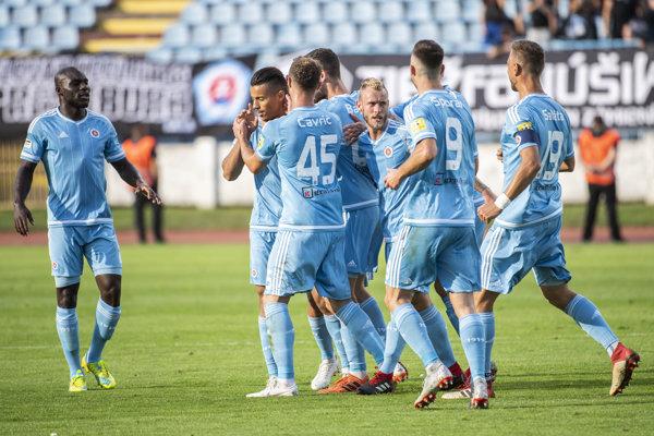 Futbalisti Slovana sa radujú po jednom z gólov.