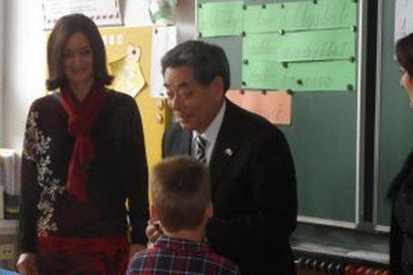 Riaditeľka školy Miriam Tvarožná a honorárny konzul Eiichi Ishikawa.
