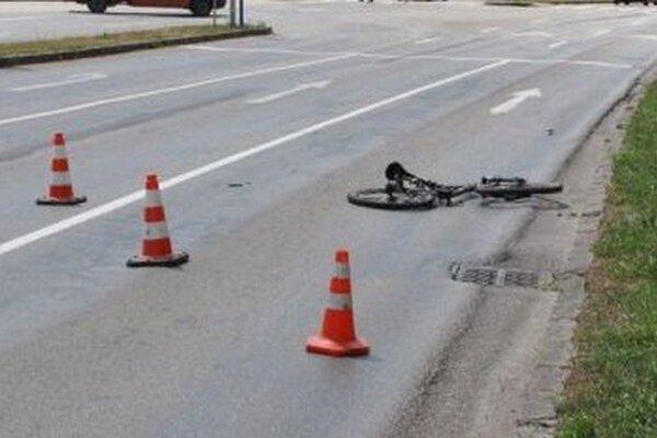 Na ceste ostal zdemolovaný bicykel.