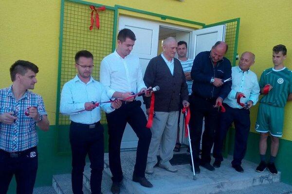 Futbalisti z Ľuborče sa tešia zo zrekonštruovaných kabín.