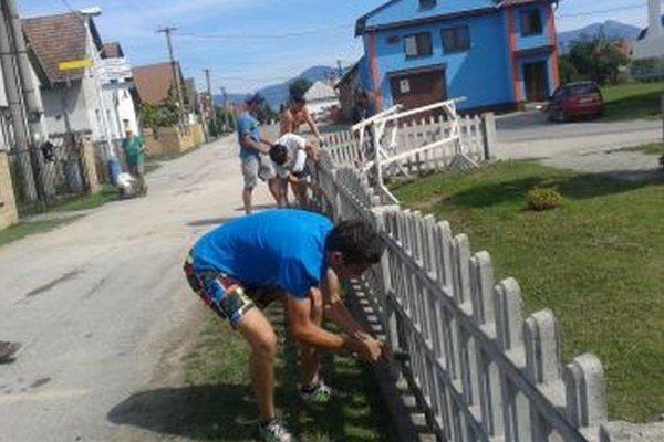 Mladí brigádnici z Valče vyčistili plot okolo pamätníka.