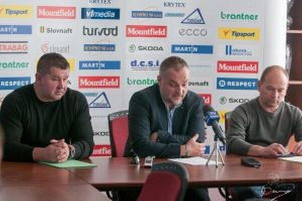 Tlačová beseda MHC Martin. Hlavne slovo mal na nej prezident klubu Michal Taliga (v strede).