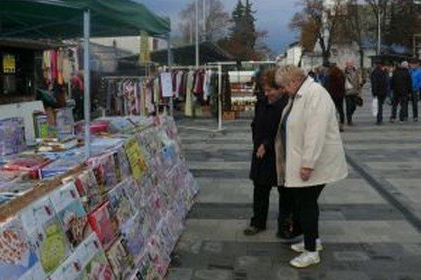 Mária Buzgová (vpravo) na tržnicu rada chodí, s renováciou je spokojná. Dúfa, že bude ďalej pokračovať.
