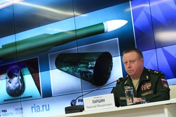 Generálporučík Nikolaj Paršin, šéf raketového a delostreleckého oddelenia na ruskom ministerstve obrany, reční na tlačovej konferencii v Moskve 17. septembra 2018.