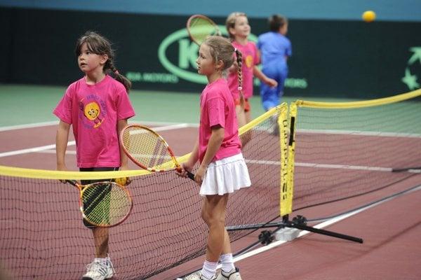 Deti sa môžu vo voľnom čase venovať aj tenisu.