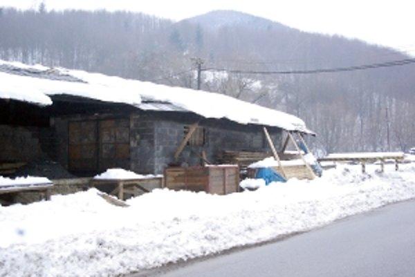 Hoci to vonkajšok budovy nenasvedčuje, zhoreli zariadenia, celkom zničené je strecha a krov.