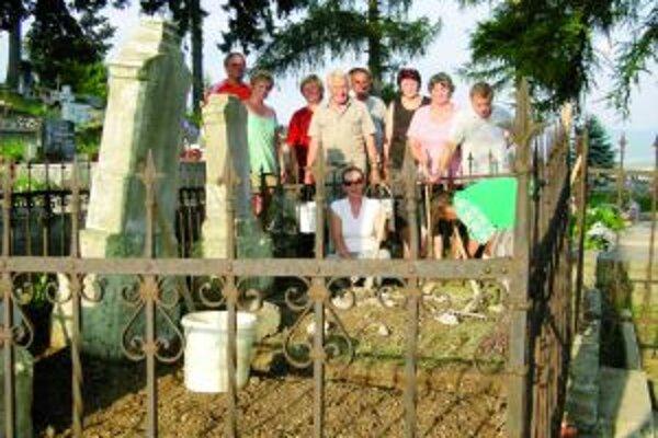 Na prvej brigáde vyčistili hrob rodiny Čvikotovej.