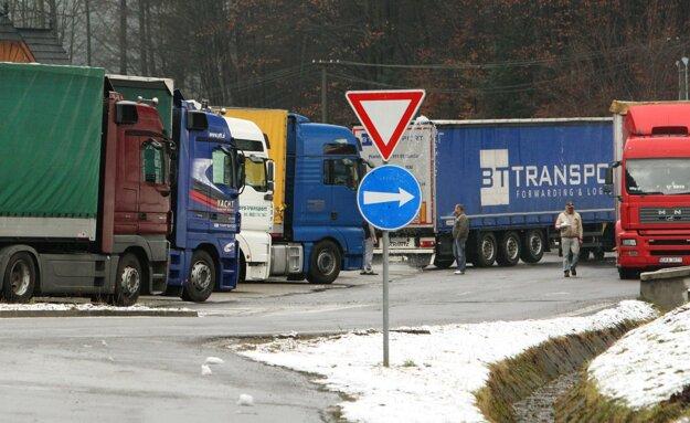 Odstavené kamióny pod Donovalmi.
