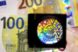 """Rovnako ako ostatné nominálne hodnoty sa nové bankovky dajú overiť """"hmatom, pohľadom a naklonením""""."""