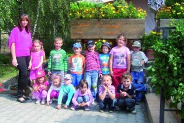 Štrnástka detí spolu s pani učiteľkou na gazdovskom dvore.