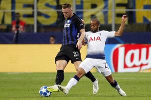 Milan Škriniar (vľavo) v súboji s Lucasom s Tottenhamu.