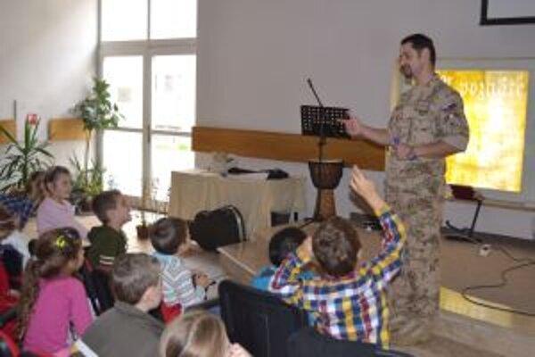 Evanjelický farár Viktor Sabo beseduje so žiakmi.