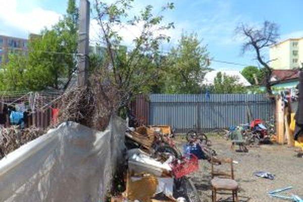 Na Kafendovej ulici sa denne hromadilo množstvo zapáchajúceho odpadu.