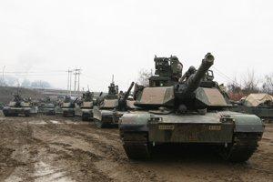 Americké vojenské tanky M1A2 SEP Abrams.
