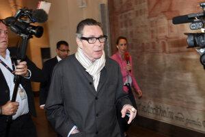 Jean-Claude Arnault prichádza na súdne konanie v Štokholme.