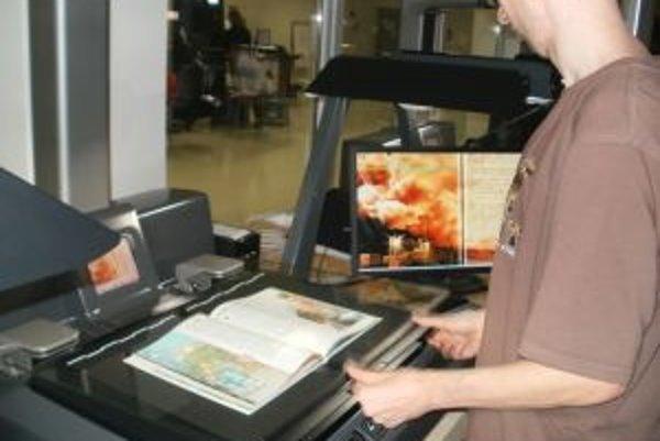 Pri ručných skeneroch musia strany obracať pracovníci manuálne.