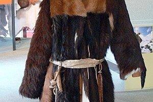 Rekonštrukcia Ötziho odevu, ktorý si vzal na lov do Álp.
