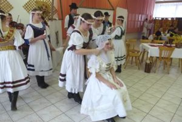 Na turčianskej svadbe nechýbalo čepčenie nevesty.