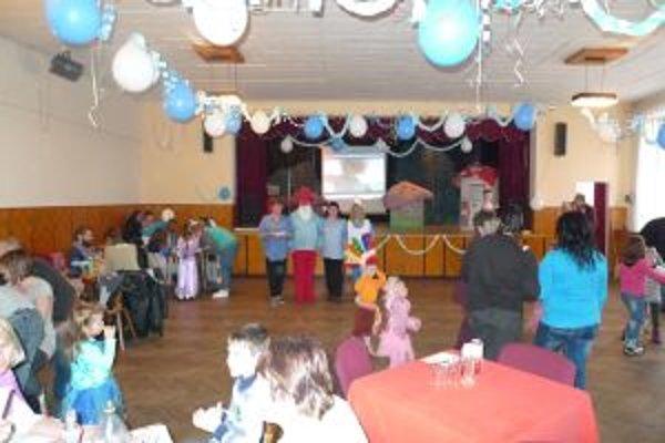 Karnevalu predchádzalo divadelné predstavenie.